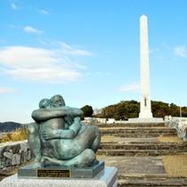 日墨交流400年モニュメント(左)と記念碑(奥)