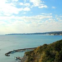 美しい弓形の海岸や網代湾を一望できる眺め