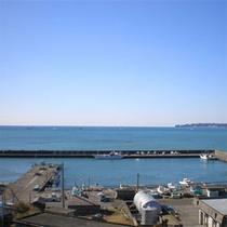 御宿の海を見渡す海岸沿いに佇む当館