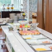 *【朝食ブッフェ】(一例)焼きたて目玉焼きのほか、和惣菜も揃えています