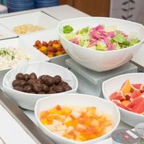 *【朝食ブッフェ】(一例)彩り華やかなフルーツコーナー