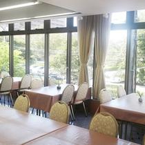 朝食会場(2階 ゆったりとしたスペースの朝食会場です。)