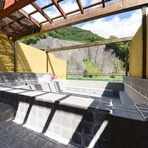 *【屋上露天風呂】当館自慢の源泉掛け流し100%の温泉を心ゆくまでお楽しみください。