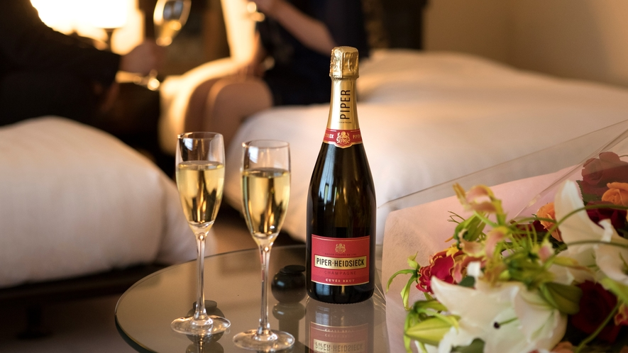 豪華スイートルームで、二人でゆっくりとシャンパンで乾杯