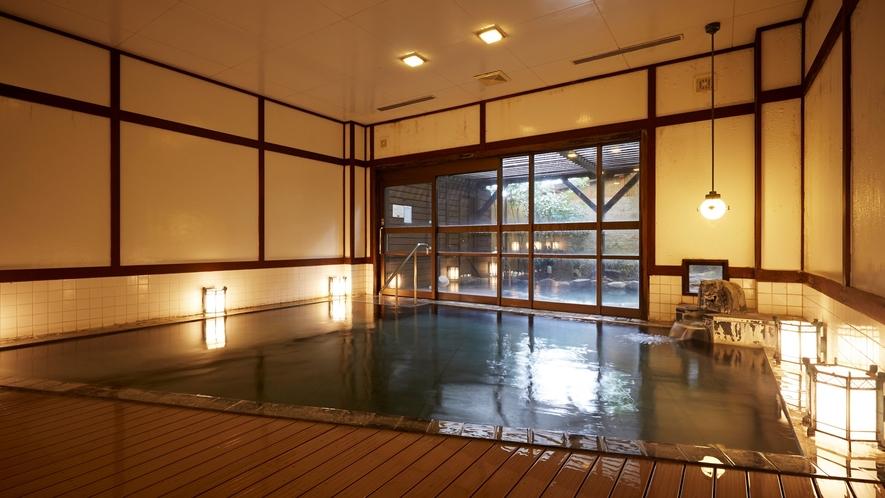 女性浴場。大正ロマンを感じさせる簀子敷と行灯が印象的。
