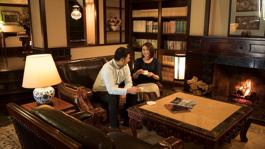 暖炉前のソファで二人でゆっくりとライブラリーを愉しむひととき