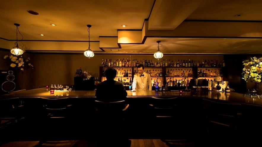 しっとりと大人のバーで、ウィスキーグラスを傾けて。