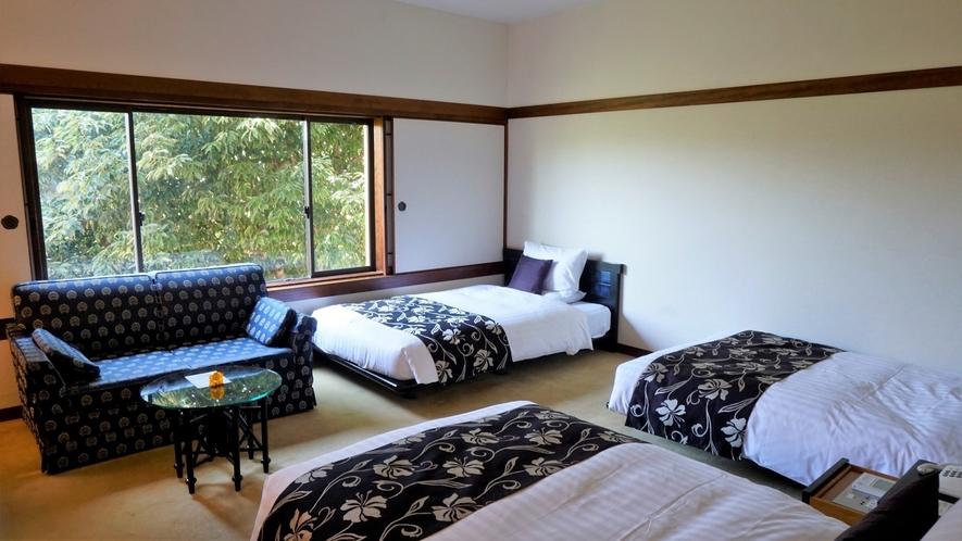 3名様利用可能なトリプルルーム。セミダブルサイズの正ベッドを3台配置
