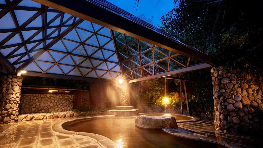 幻想的な雰囲気の夜の庭園露天風呂。