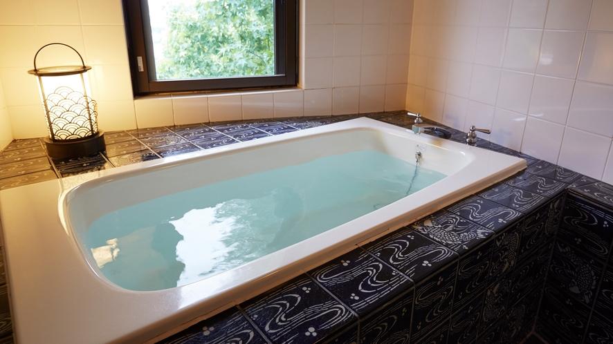 ハミルトンスイート。有田焼のタイルで彩られた浴室。客室でも温泉を愉しめる