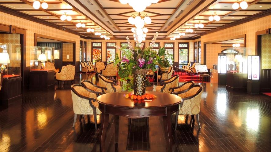 【ロビー】加賀の四季を表したステンドグラスがはめ込まれ、美しい空間を演出します。