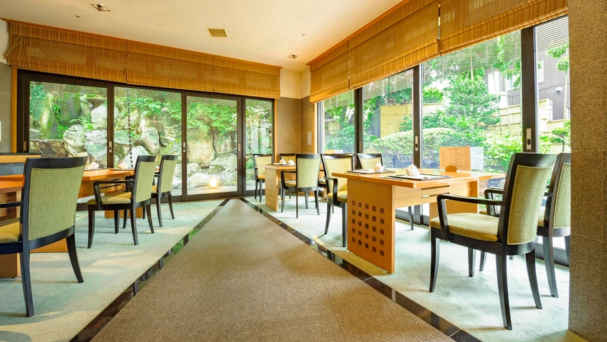 【加賀料理まほろば】店内イメージ  窓から見える日本庭園も美しく、四季の移ろいが臨めます。