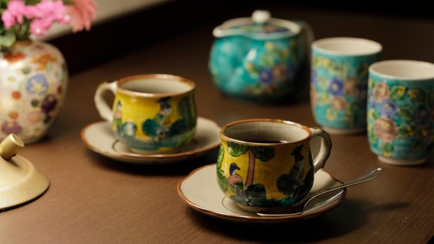 【客室装備】伝統工芸 九谷焼のコーヒーカップで優雅なひとときを。