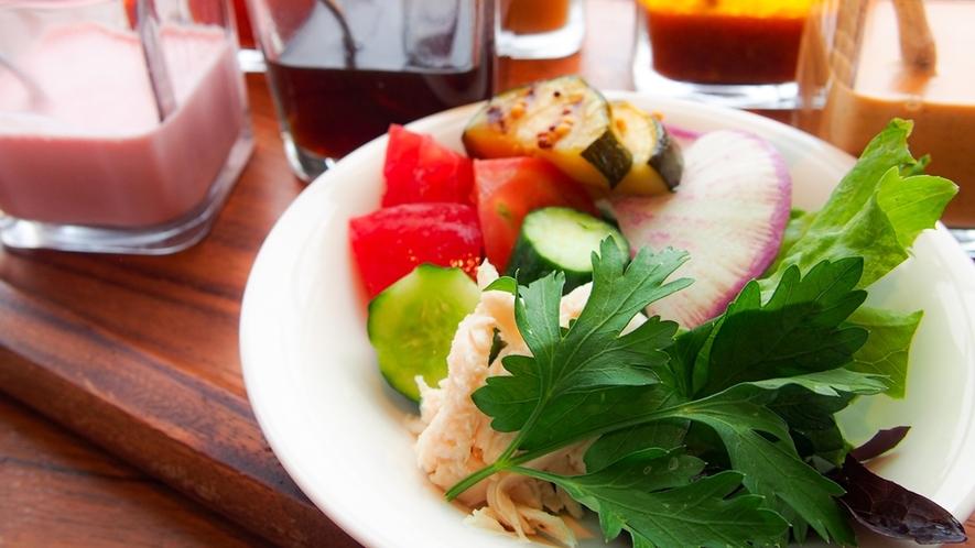 朝食イメージ ~ 地元の新鮮野菜のサラダと手作りドレッシング