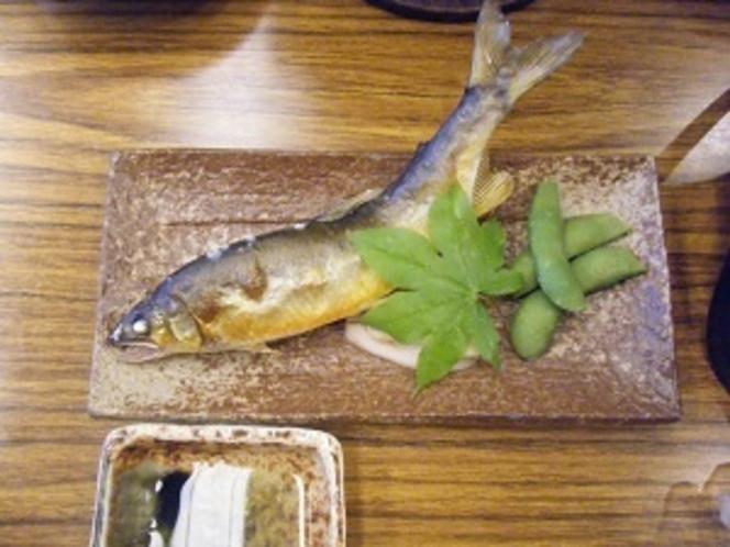 夕食の一例(鮎の塩焼き)
