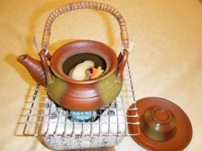 夕食の一例(松茸土瓶蒸し)
