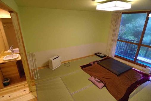 ニュー和室(トイレ・洗面付)8畳+吉野杉板フロア囲み