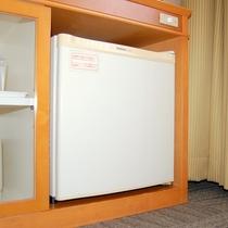 冷蔵庫 (内部は空です。お客様のお買い求めになった品の冷蔵に♪)