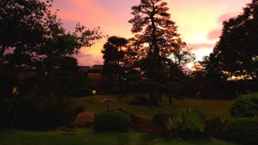 日本庭園ランキングで2年連続全国3位に選出された3000坪の庭園(夕暮れ)
