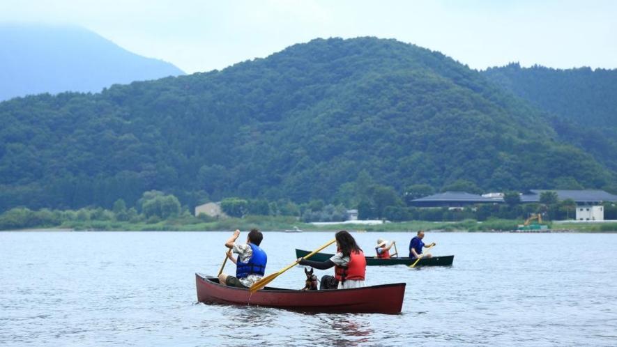 河口湖ではカヌーを楽しむ観光客も!
