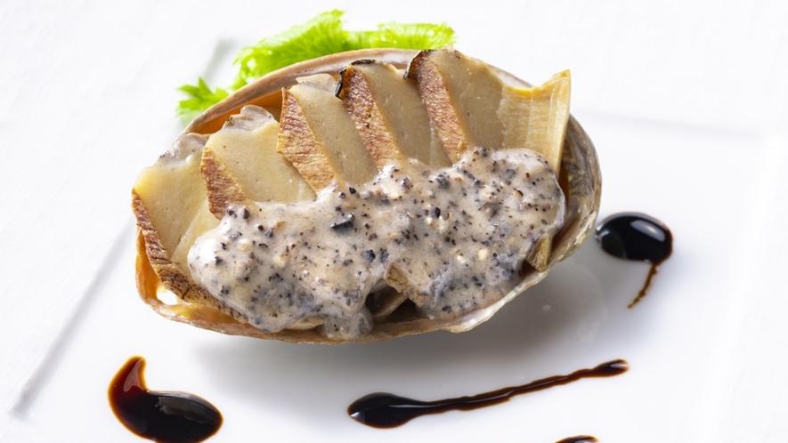 夏料理一例:鮑の煮貝トリュフソース掛け バルサミコ酢添え