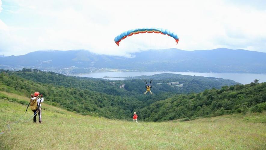 富士山と河口湖を眺めながら大空を飛ぶパラグライダーもぜひ体験してみてください。
