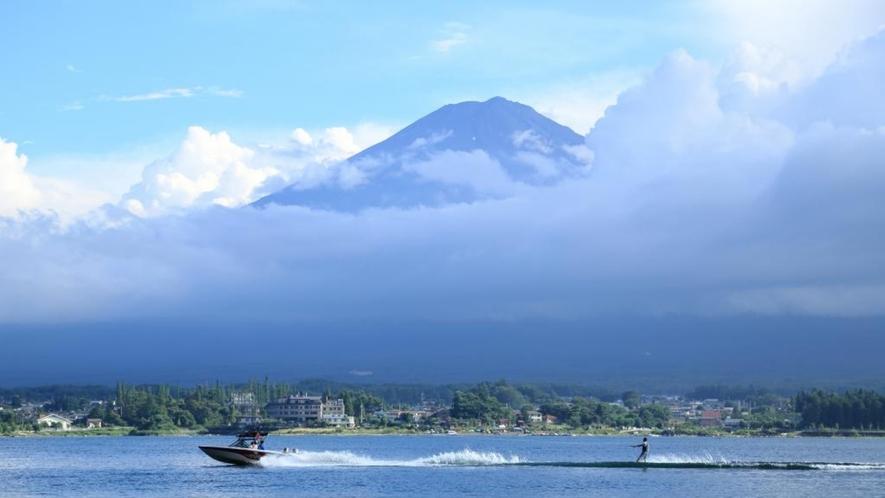 富士山を背景にジェットスキーを楽しめるのも山梨ならではです。