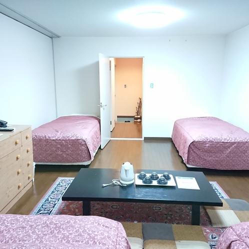 【ファミリールーム5名部屋】団体の方に好評です♪2部屋に分かれており、5名様でお泊り頂けます 2