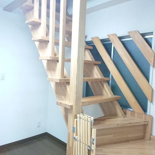【ファミリールーム12名部屋】ファミリールーム内の内階段