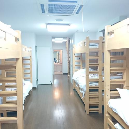【ファミリールーム12名部屋】団体の方に好評です♪2段ベッド、3段ベッドを設置しております