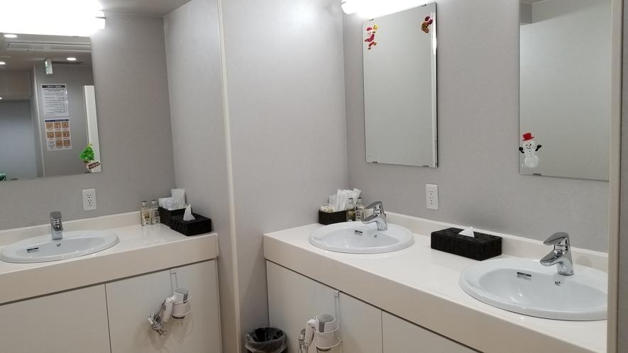 【男性浴場洗面所】アフターシェーブローション・ヘアーリキッドご用意しております(^^♪