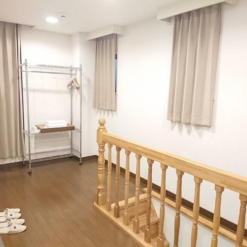 【ファミリールーム12名部屋】1階と2階を繋ぐ内階段