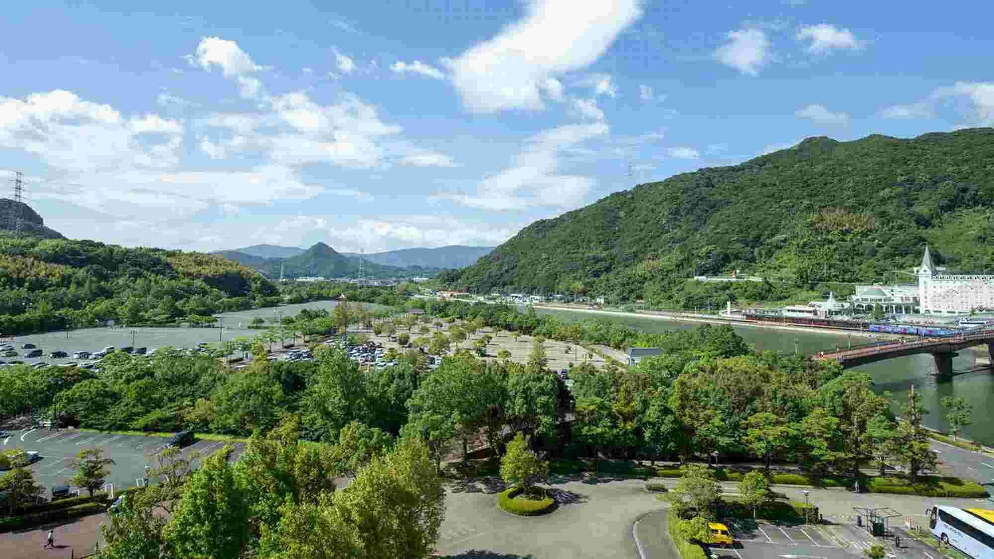 駅側のお部屋からの眺望一例。行き交う列車と四季の山々を望む、ゆったりとした時間が流れます。