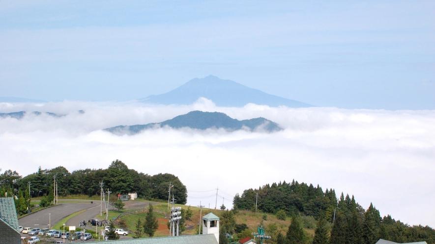 【雲海】タイミングが合えば山頂に建つ当館から見下ろせます。