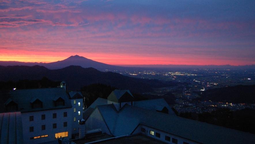 ホテルから眺める岩木山(夕景)