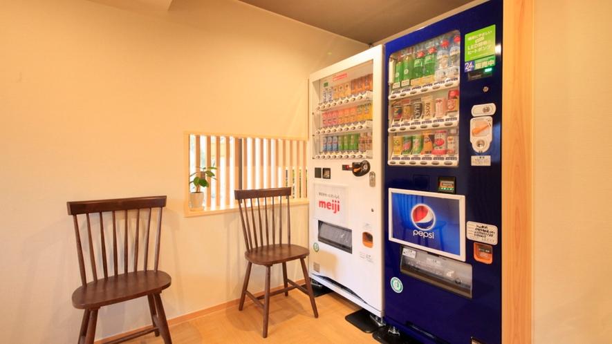 スパテラス棟1F、湯上り処には自動販売機も。