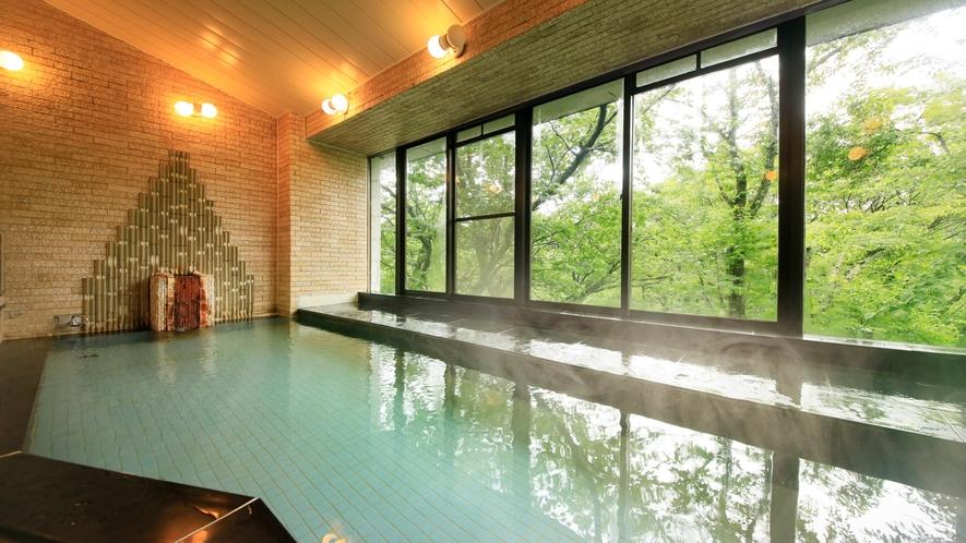 広い大浴場で、旅の疲れをゆっくりと癒してください。