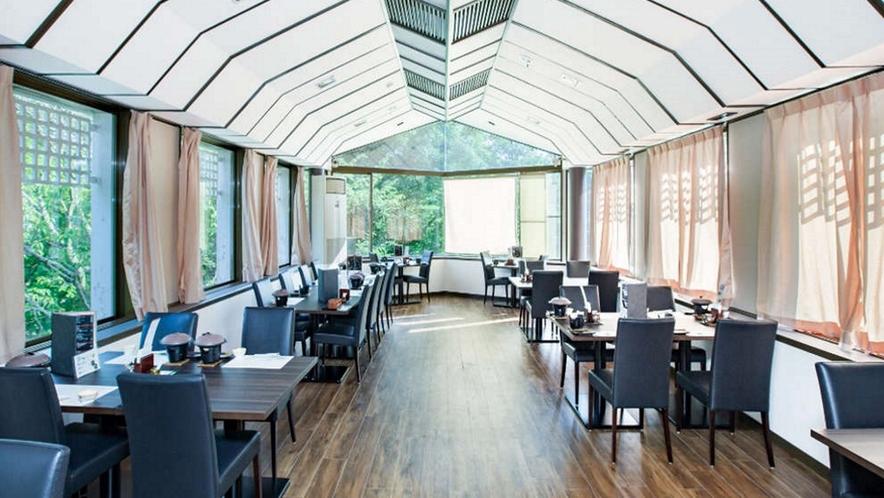 リニューアルしたレストランから、四季折々の景色をお楽しみくださいね!