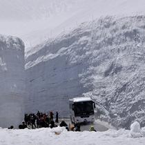 高さ約20メートルに迫る雪の壁の中を歩く歩行者天国。迫力ある「雪の壁」