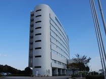 ★客船をイメージして建てられたホテルは海からの風を受け流すことができるよう流線形に設計されています。
