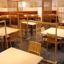 メインダイニング遊楽にはパーティションや暖簾などにより他のお客様とは区切られた空間となっております。