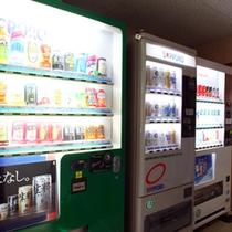 自動販売機とコインランドリーあります。