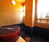 【織姫の湯】の展望露天の赤い陶器風呂