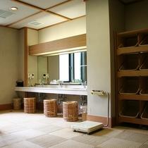 ■大浴場:綺麗に整備された脱衣所