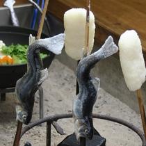 ■囲炉裏にて岩魚の塩焼きと五平餅