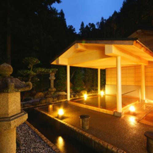 ≪大浴場露天風呂(檜風呂)≫夜はライトアップされた幻想的な雰囲気の中、檜の香りでリラックス。
