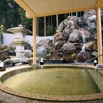 ≪大浴場≫滝のせせらぎを聞きながら入れる石の露天風呂。