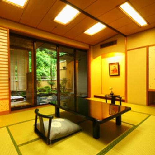 【露天風呂付客室一例】お部屋から見える四季折々の自然を堪能。