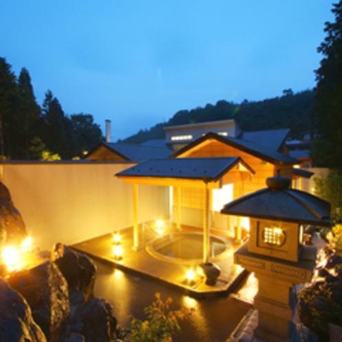 ≪大浴場露天風呂(石風呂)≫幻想的な雰囲気の中、川のせせらぎを楽しめる露天風呂。