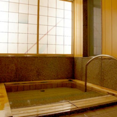 ≪貸切風呂≫檜の浴槽は段差をなくし広めの造り。浴室横にはお休み処も併設されております。